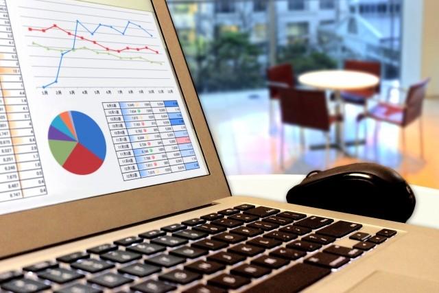 事業計画書とパソコン
